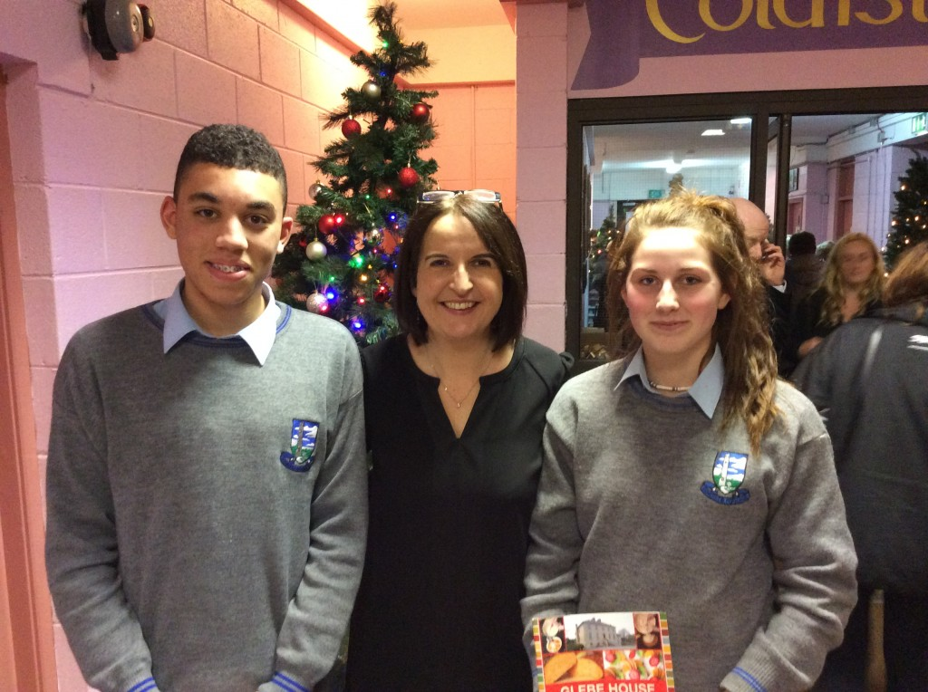 Deputy Principal Angela Conroy greets attendees with Evan Okoroh & Róisín Colclough during the Festive Food & Craft Fair @ Coláiste Mhuire Johnstown